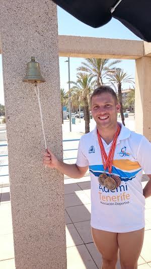 Alejandro Rojas tocando campana record españa natación adapatada