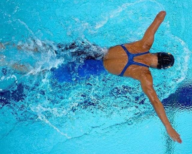 Sarai Gascon nadando mariposa