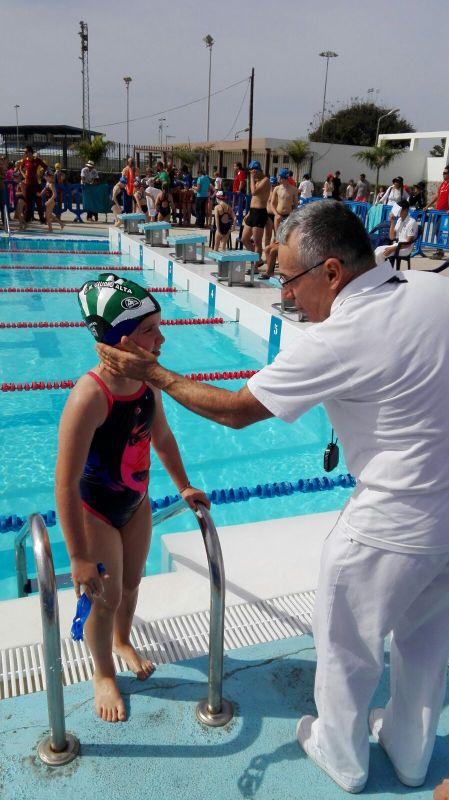 arbitro reconfortando a nadadora