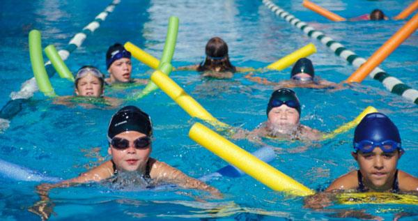 niños aprendiendo a nadar