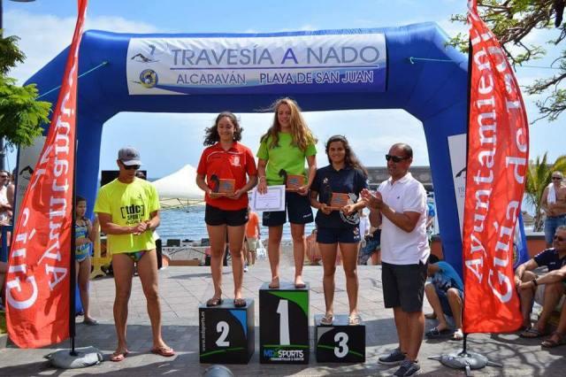 Natación. Podium femenino Travesía a nado Alcaravan